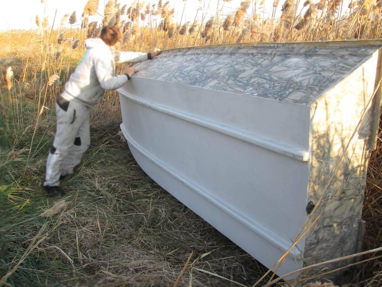 во время ремонта дно лодки плоскодонки