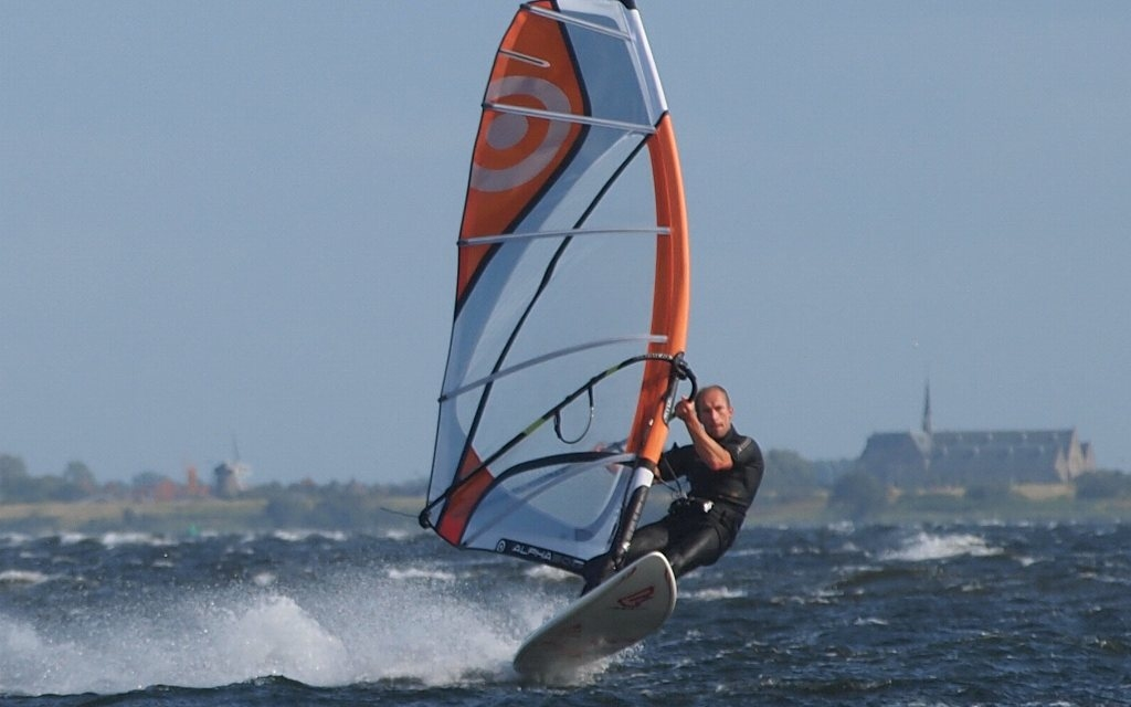 как называется вид спорта на лодках с парусами